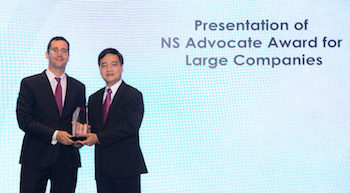 Florent Kirchhoff (left), SPO's General Manager, Southeast Asia, receives the NS Advocate Award for Large Companies 2018 from Mr Heng Chee How, Senior Minister of State for Defence, Singapore.