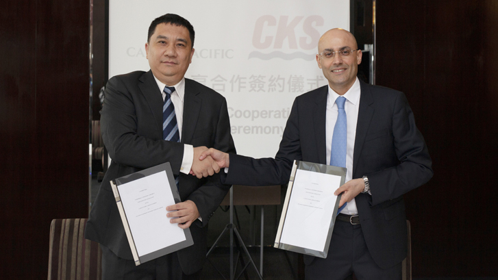 Chu Kong Passenger Transport's Managing Director, Tian Weiqing (left) and Cathay Pacific General Manager Revenue Management, Navin Chellaram, at the codeshare agreement signing ceremony.